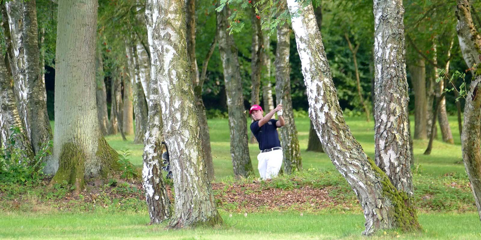 Grambek Open 2021 - Spieler schlägt Ball durch die Bäume